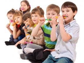 nens raspallant-se les dents